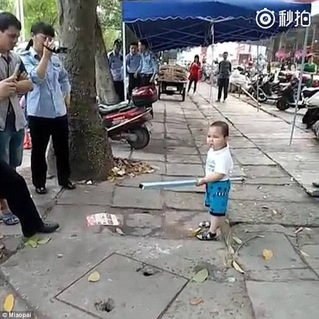 3F6CBDC700000578-4429396-The_fearless_toddler_waves_a_metal_pipe_at_inspectors_who_tried_-a-3_1492735149775