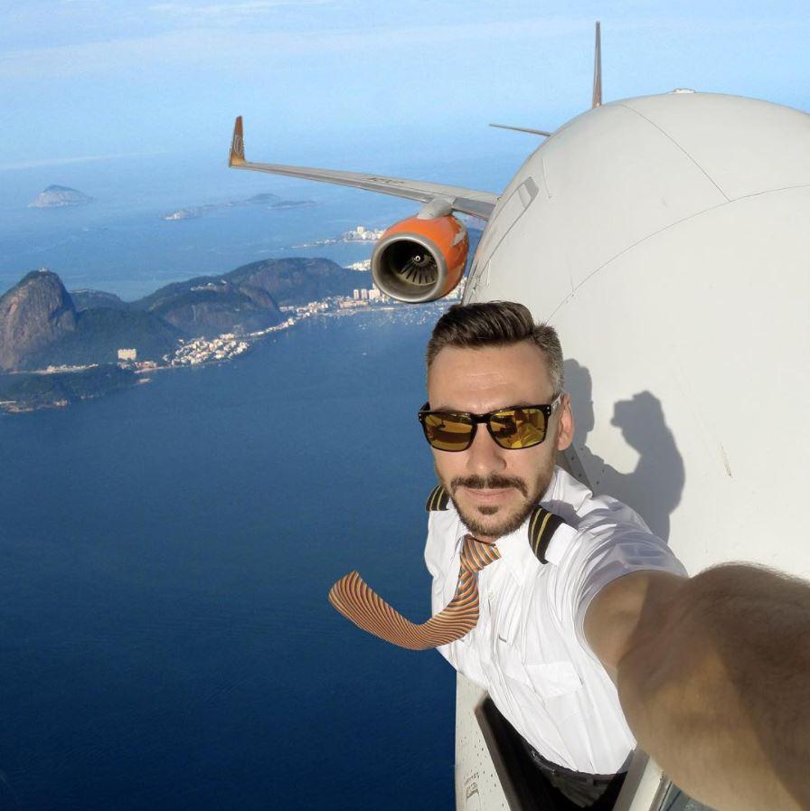 I hope he's using autopilot. (Credit: Pilotganso/Instagram)