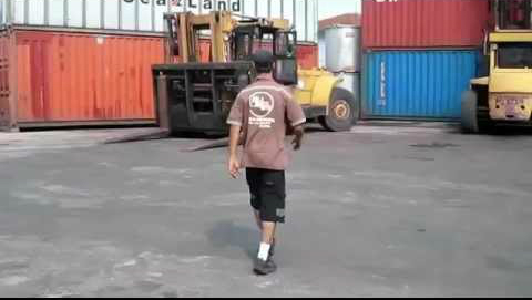 Bloke Goes Viral For This Incredible Piece of Forklift Skill