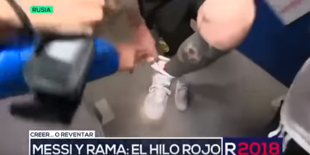 It's almost like a boxer loading his gloves! Credit: TelefeNoticias