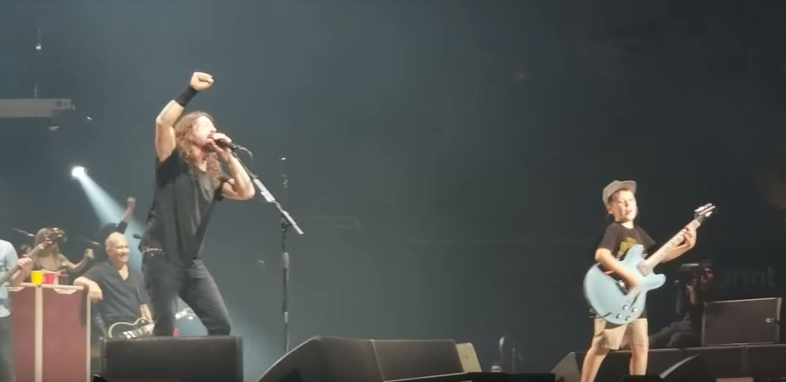 Foo Fighters invite 10 year old up guitarist on stage and cover Metallica's 'Enter Sandman'