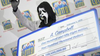 "Genius lottery winning bloke wears ""Scream"" mask to collect prize ceremony"