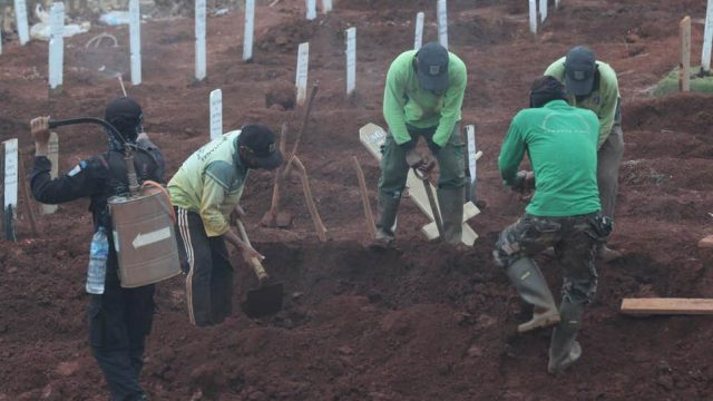 Indonesian anti-maskers made to dig graves for Covid victims